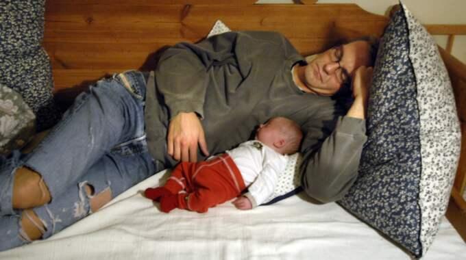 FINN FEM FEL. Denna fridfulla scen där spädbarnet vilar hos sin far klassas enligt en ny avhandling som farlig. Foto: Hasse Holmberg / TT
