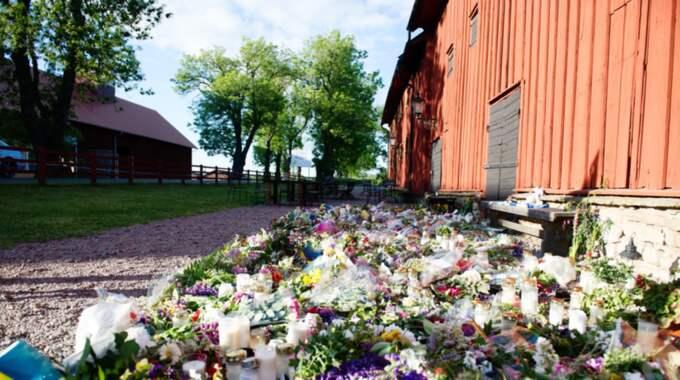 Blommor för att hedra Lisa Holm. Foto: Anna Svanberg
