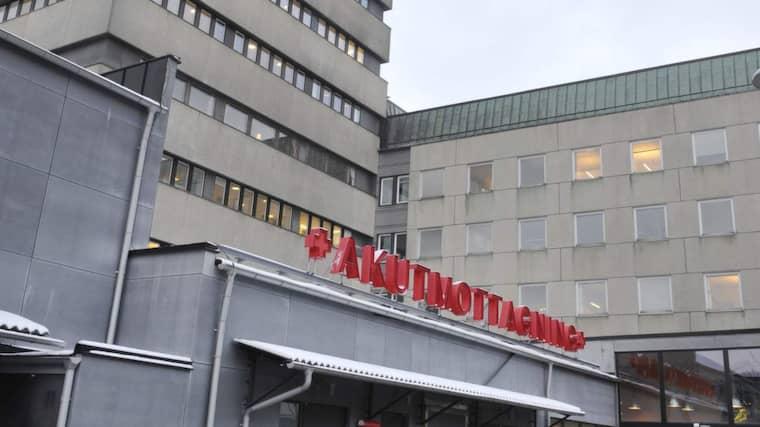 Kvinnan förs till Skånes Universitetssjukhus i Lund. Foto: Christer Wahlgren