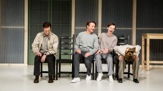 Ulf Eklund, Kalle Westerdahl, Emil Ljungestig och Annika Hallin skrattar sig fördärvat åt eländet. Foto: Petra Hellberg