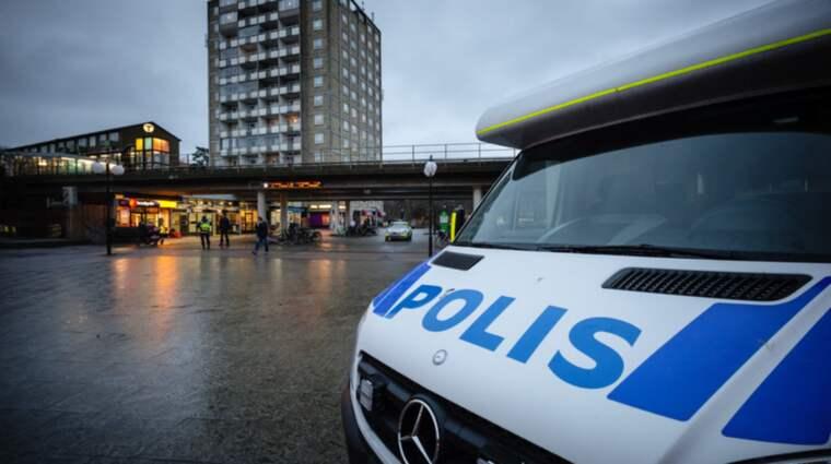 Våldet har blivit vardagsmat. Människors liv och hälsa hotas när poliser, brandmän och ambulanspersonal inte kan göra sitt jobb. Foto: Mikael Sjöberg