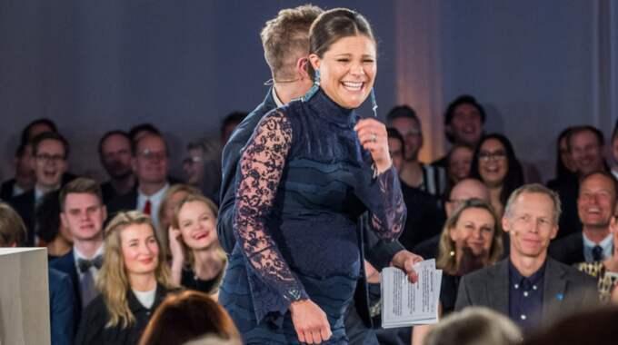 Kronprinsessan Victoria lade handen på magen under evenemanget i Stockholms stadshus och på filmen syns hus barnet sparkar. Foto: (C) Pelle T Nilsson