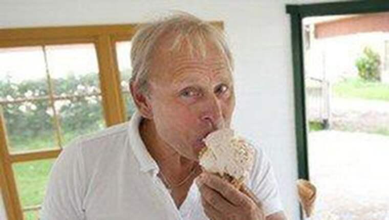 """Nyfiken i en strut. Per Brunberg fick sälja sin kvalitetsglass på mässan – men bara om folk inte åt den. """"Jag trodde det var Dolda kameran"""", säger han. Foto: PRIVAT"""