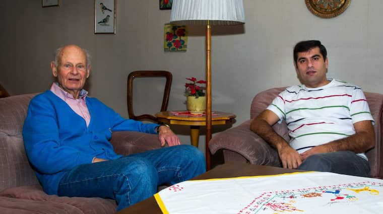 Goda vänner. Bo Nilsson, 83, är pensionerad lärare i matematik och fysik. Tillsammans med sin nya hyresgäst, tandläkaren Osama Alali, 36, som flydde från krigets Aleppo i Syrien försöker de undervisa Osamas nioåriga dotter som nu bor i Förenade Arabemiraten. De kopplar upp sig på skype via datorn och försöker lära ut så mycket matematik de bara kan. Foto: Peo Möller