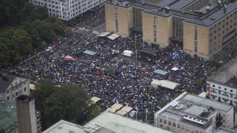 15 000 personer samlades i hällregnet på Medborgarplatsen i Stockholm. Här en flygbild över torget. Foto: Thomas Engstrom