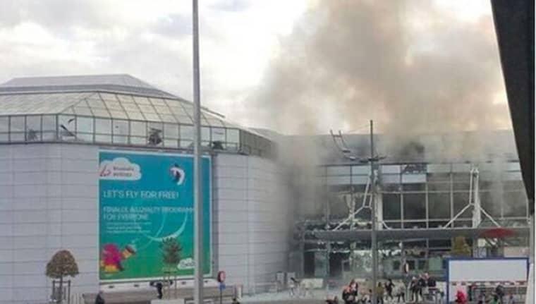 Strax efter klockan åtta på tisdagsmorgonen skedde två explosioner på flygplatsen i Bryssel. Här ser man hur det ryker.