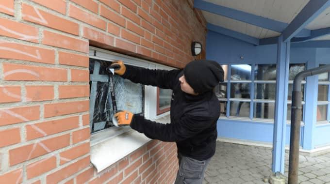 Glasmästaren Mattias Svärd hade jobb hela söndagen med att hand om de krossade rutorna på Nanny Palmkvist skola i Helsingborg. Foto: Stefan Lindblom/Hbg-Bild