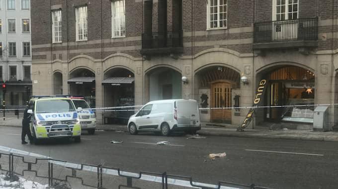 En lastbil ska ha backat in i en butik i stadsdelen Östermalm i Stockholm. Foto: Janne Åkesson