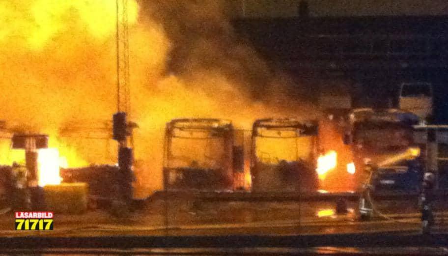 Åtta av Västtrafiks bussar blev lågornas offer när började brinna strax efter klockan två i natt. Foto: Peder Schillerström