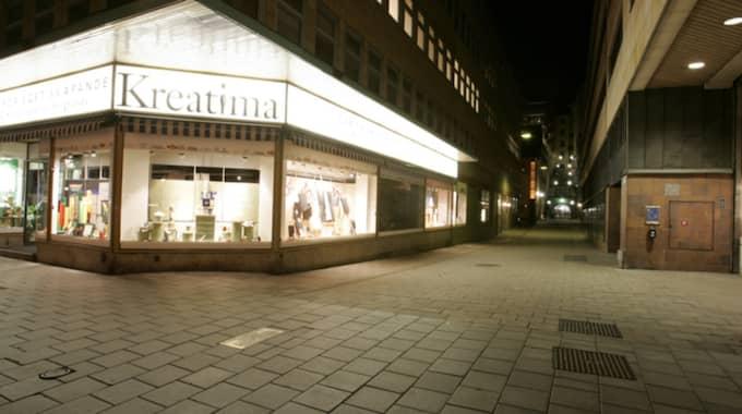 MORDPLATS. Polisen avvisade en begäran från en privatspanare om att se förhören med Lisbet Palme. Trots att det gått 30 år sedan Olof Palme sköts till döds i korsningen Sveavägen och Tunnelgatan i Stockholm. Foto: Mikael Sjöberg