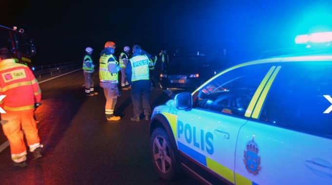 En bil körde in i räcket på E6 mellan Kode och Kungälv i morgonhalkan. Trafikverket har gått ut med en varning.