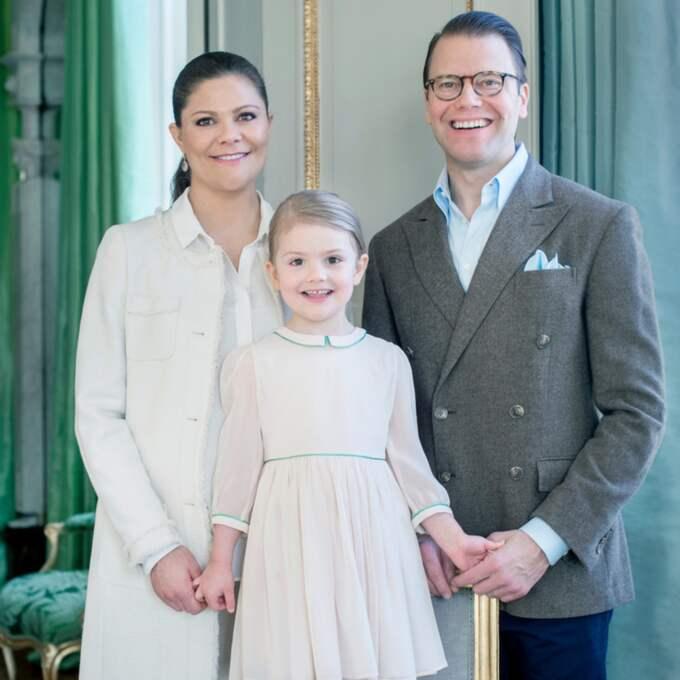 """Här är Estelle tillsammans med sin mamma Victoria, för dagen klädd i längre jacka i modellen """"Lori"""" från Lexington, och pappa Daniel. Foto: Kate Gabor/Kungahuset.se"""