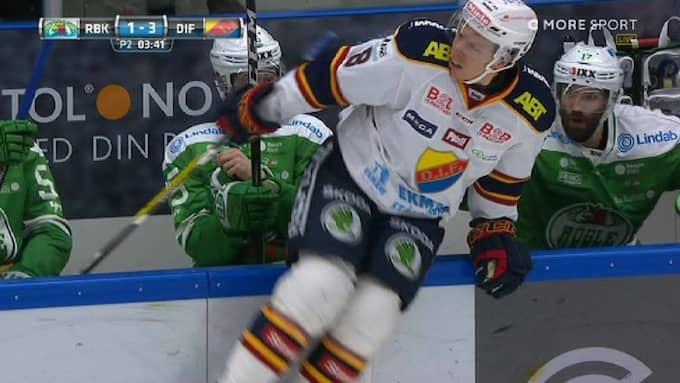 Ville Varakas tar sig ur Rögles bås efter tacklingen. Foto: C More