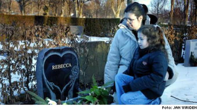 16-åriga Rebecca Tell Berg förblödde efter en medicinsk abort. Hennes mamma Catharina Tell - här med Rebeccas lillasyster Jasmine - anser att sjukvården bär skulden för det tragiska dödsfallet.