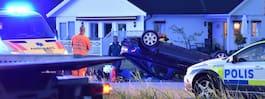Bil voltade mellan trädgårdar – en person skadad