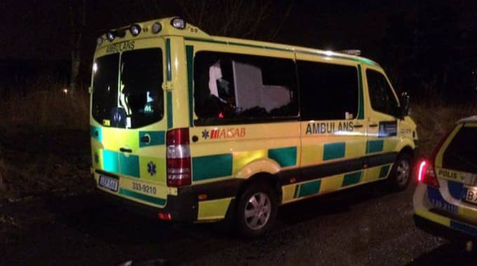 Ambulansen vandaliserades, bland annat krossades rutorna. Foto: Anders Eriksson