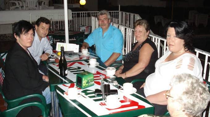 Familjen Klang reste till Teneriffa men fick inte äta i hotellrestaurangen. Från vänster sonen Kristoffer Klang, hotelldirektör Benito Socas, Stefan Klang, Anneli Klang, dottern Madelene Klang och Annelis mamma Elisabet Larsson (med ryggen mot kameran). Foto: Privat