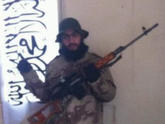 Här poserar Hassan Al-Mandlawi med vapen. Foto: Polisen