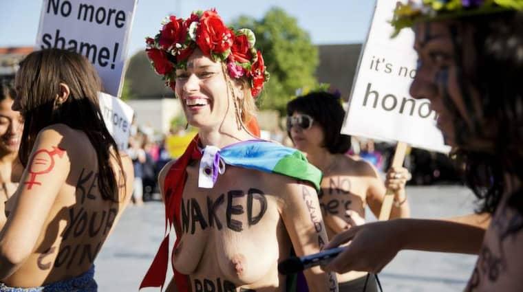 Barbröstad protest. Miljöpartiet har nu beslutat att Jenny Wenhammar, som gjorde en barbröstad aktion under Reinfeldts tal i Almedalen inte längre står kvar på riksdagslistan. Foto: Lisa Mattisson Exp