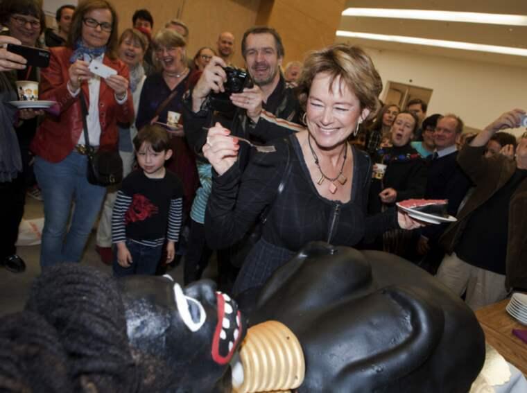 Dåvarande kulturministern skär upp. Foto: Kristofer Sjögren