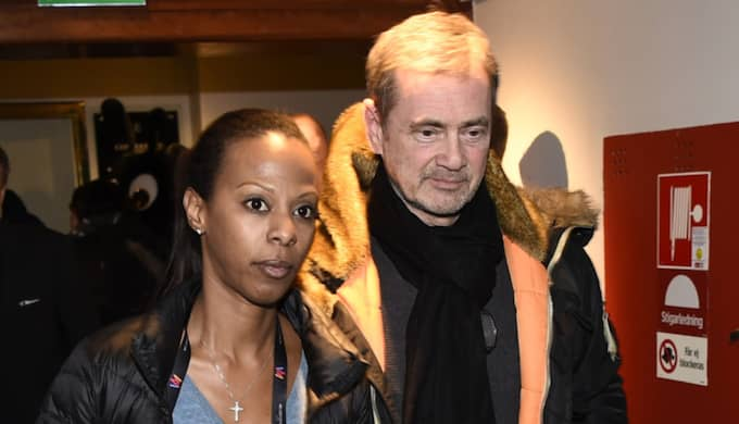 Lili Assefa och Christer Björkman på väg in till den blixtinkallade presskonferensen.