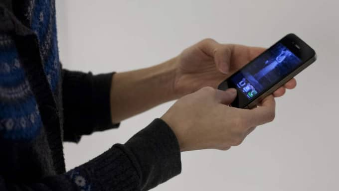 Att föräldrar tittar ner i sina telefoner i stället för att hålla uppsikt på sina barn är ett problem, menar badhuschefen. Foto: Lisa Mattisson
