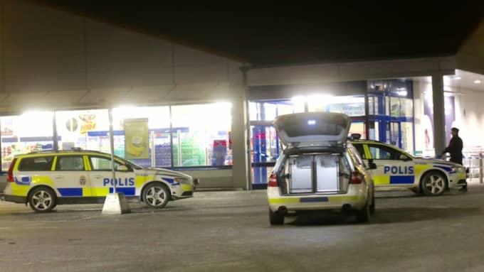 Strax före klockan 21 på torsdagskvällen fick polisen in larmet om ett väpnat rån i en livsmedelsbutik i Jakobsberg. Foto: Swepix
