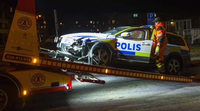Polisbilen fick bärgas ifrån platsen. Foto: Anders Ylander