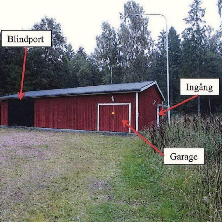 Utifrån ser byggnaden ut som en vanlig maskinhall. Den stora porten till vänster på byggnadens långsida är en falsk dörr. Foto: Polisen