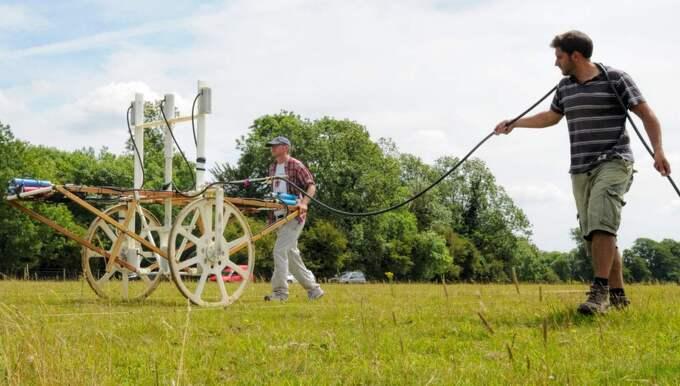 Teamet som söker av området använder sig bland annat av en magnetometer. Foto: LBI ARCHPRO