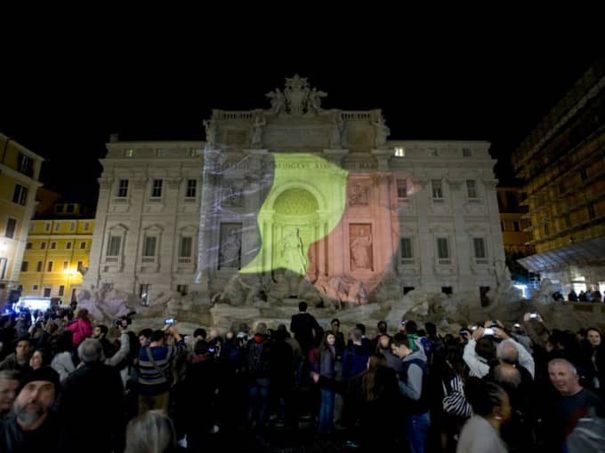 Den klassiska fontänen i hjärtat av den italienska huvudstaden Rom lyste i den belgiska trikoloren under tisdagen. Foto: Andrew Medichini / AP