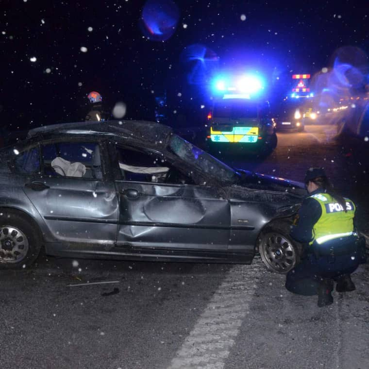 En bilist fick sladd och körde in i mitträcket på E6:an utanför Uddevalla vid midnatt mellan torsdagen och fredagen.