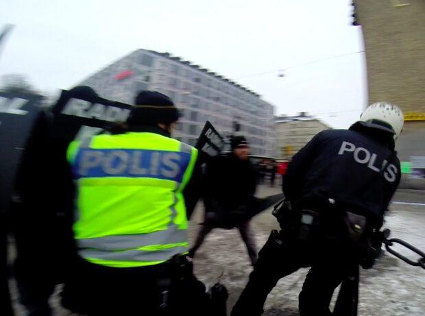 Här attackerar nazisterna polisen