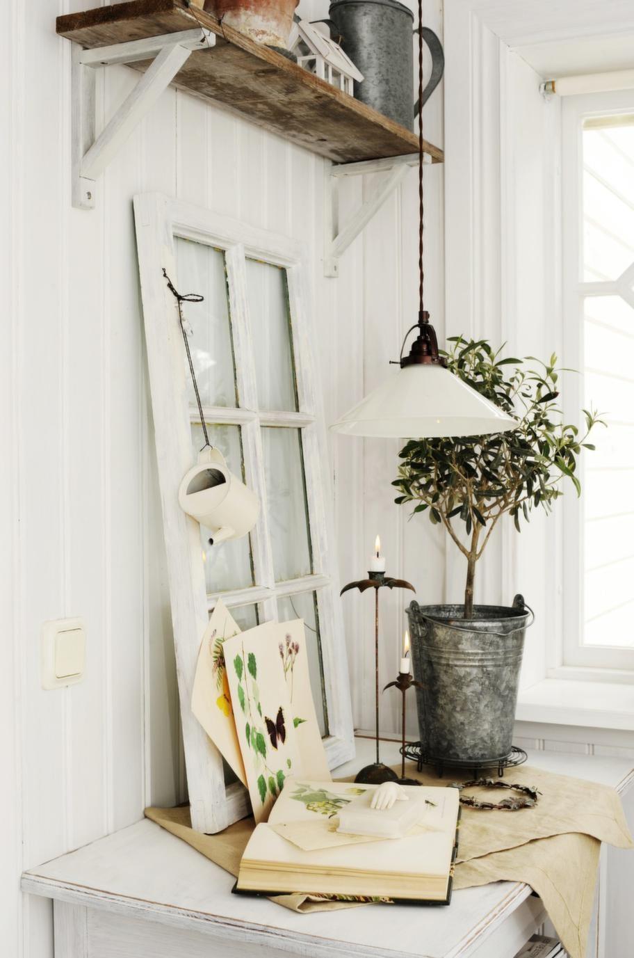 Gamla fönster tas gärna tillvara och används som dekoration. Fjärilsbilderna köpte Jeanette redan när hon var 15 år.
