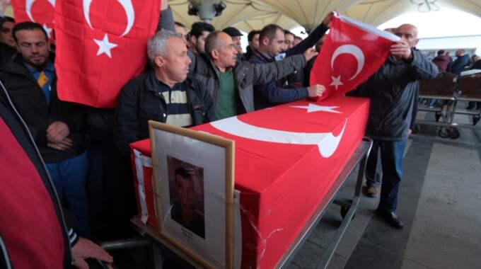 Sörjande på begravningen för ett av offren för bombdådet. Foto: Burhan Ozbilici/AP/TT