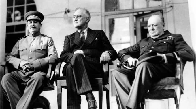 ALLIERADE. Stalin klargjorde för sina medborgare att kriget som bröt ut i och med det nazityska anfallet 1941 var ett ryskt försvarskrig. Det placerade Sovjetunionen på samma sida i kriget som västmakterna Storbritannien och USA. Bilden togs i Teheran den 28 november 1943 och föreställer Josef Stalin, USA:s president Franklin D. Roosevelt och Storbritanniens premiärminister Winston Churchill. Foto: AP