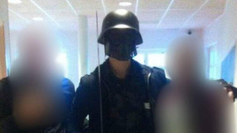 De två eleverna poserade med misstänkta gärningsmannen Anton Lundin Pettersson innan attackerna.