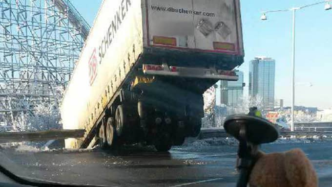 En lastbilschaufför tappade kontrollen över fordonet, körde av vägen och ställde sig på tvären mellan körfälten. Foto: Läsarbild