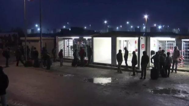 """Tusentals evakueras från flyktinglägret """"Djungeln"""""""