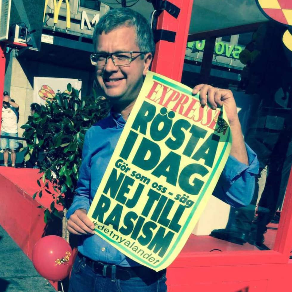 Kent Persson, M, med löpsedeln.