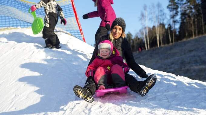 Laura Rydström med dottern Ofelia, 3 höll sig till pulkabacken. Foto: Anders Ylander