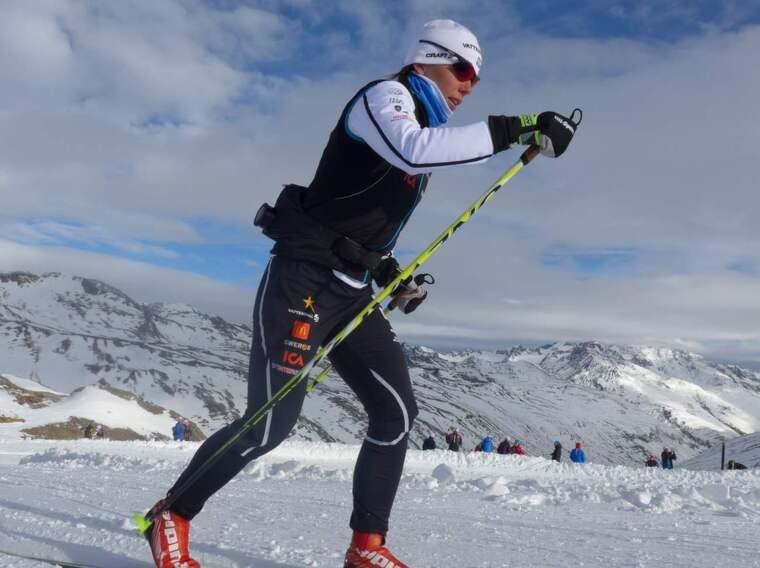 Charlotte Kalla tränar i Val Senales, med McDonalds-loggan på dräkten. Ett sponsoravtal som väcker förvåning i det västra grannlandet. Foto: Tomas Pettersson