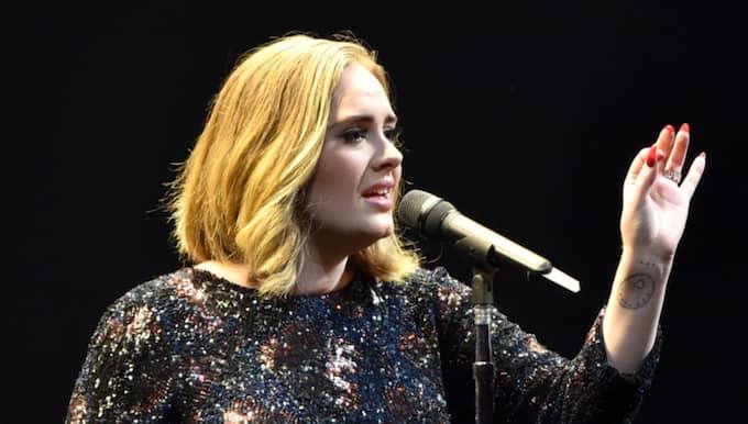 Under en konsert i London på tisdagskvällen visade Adele sitt stöd genom att uppmana publiken till allsång. Foto: Gareth Cattermole / GETTY IMAGES GETTY IMAGES EUROPE