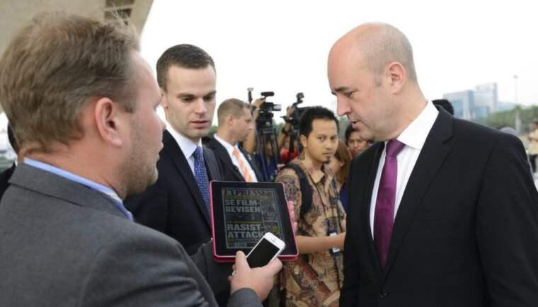 Här tar statsminister Fredrik Reinfeldt del av Expressens avslöjande. Foto: Henrik Montgomery / Scanpix