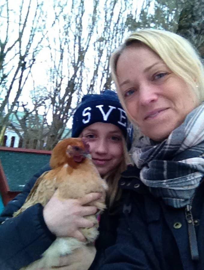 Anna-Carin med dottern Sofia och en av familjens myssugna hönor. Foto: Privat