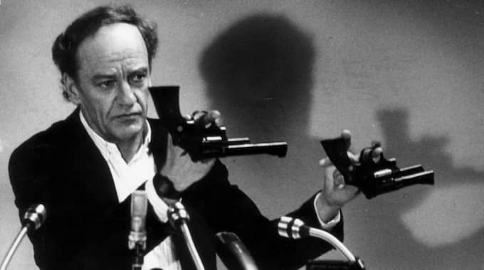 Hans Holmér visade upp revolvrar av typen Smith & Wesson .357 Magnum. Foto: Olle Seijbold