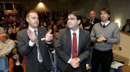 """Här blir Jimmie Åkesson (till höger) omvald som partiordförande 2007. Han har tagit avstånd från rasism. Men Sveriges radios """"Kaliber"""" avslöjar nu rasistiska skämt bland andra medlemmar på Sverigedemokraternas möten. Foto: Sven Lindwall"""