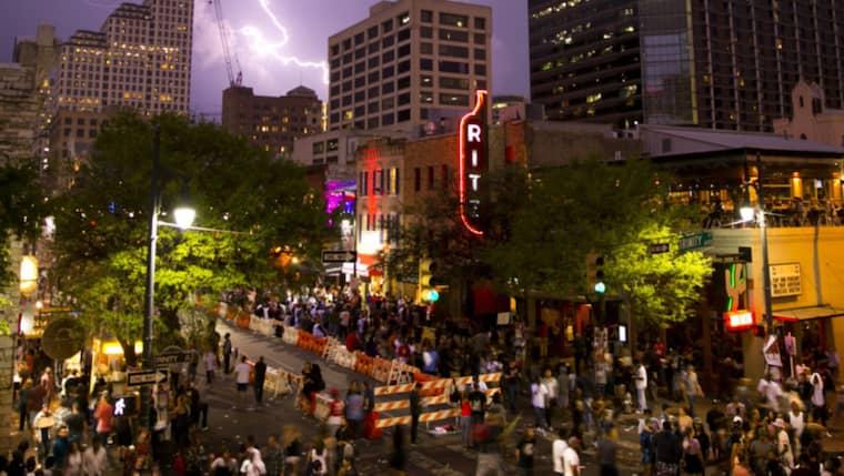 Under söndagsmorgonen utbröt skottlossning mitt under pågående musikfestivalen SXSW i Austin, Texas. Foto: Jay Janner / AP AUSTIN AMERICAN-STATESMAN