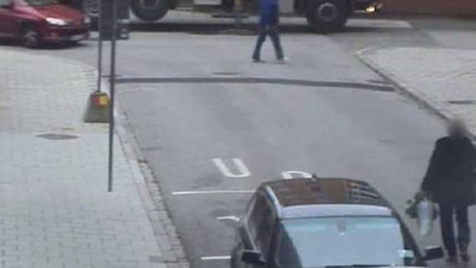 42-åringen kommer körande in på Skansgatan i Malmö samtidigt som hans exfru kommer gående med sin pojkvän. Foto: Polisen