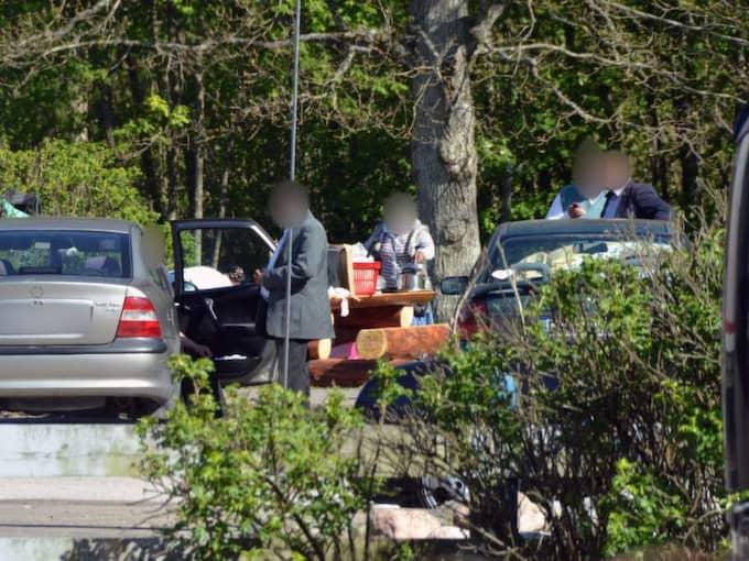 Lurar bilister. Här försöker bedragaren stanna en bilist på Österleden i Helsingborg för att få hjälp med sin trasiga bil. I stället erbjuds bilisterna att köpa guldringar, men det som säljs är mässing med guldstämpel. Foto: Thomas Friström